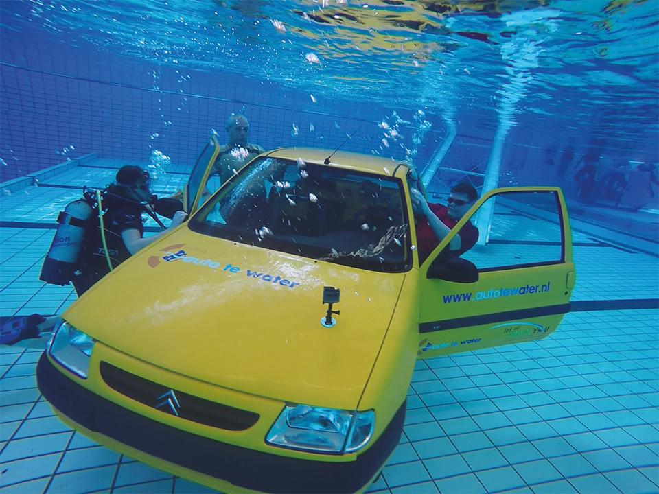 Met je auto in het water, wat moet je doen